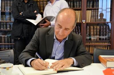 Juan Porcar signant el llibre d'honor de la tertúlia