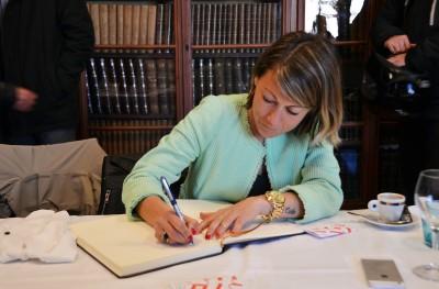 María Vasco signa al Llibre d'Honor de la tertúlia