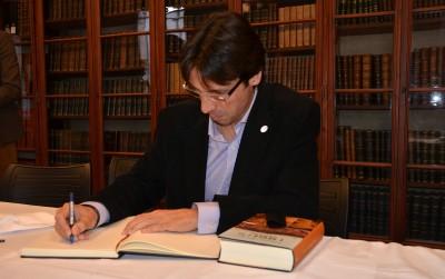 Jaume Mora signant el Llibre d'Honor de la tertúlia