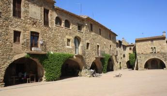Plaça_del_poble_de_Monells