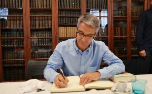 Arcadi Alibés signant el llibre d'honor de la tertúlia